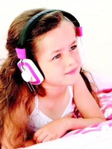 muzik-dinleyen-mor-kiz